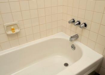 Установка железной ванны