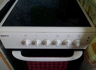 Установка электроплиты на кухне с плоской варочной поверхностью